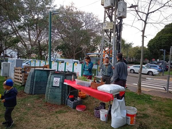 מתנדבים בגינה קהילתית, למען שמירה על הסביבה